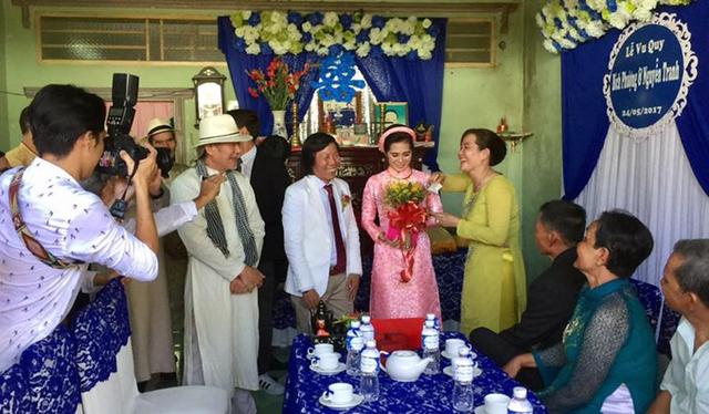 Nhà gái trang trí theo tông màu xanh nước biển. Đạo diễn Đinh Anh Dũng (đội mũ) làm chủ hôn, đại diện họ nhà trai đến xin dâu.