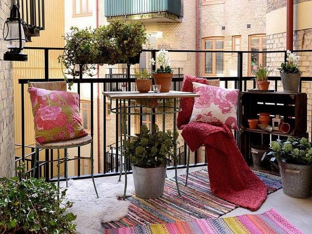 7. Một ban công theo phong cách công nghiệp thường cần một chút mềm mại và cách làm hoàn hảo là sử dụng tông màu hồng. Thật không thể tin được màu hồng giúp tạo ra bầu không khí nhẹ nhàng và sẽ đẩy mạnh phong cách trang trí hiệu quả tối đa.