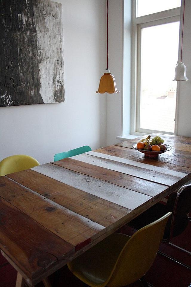 Bàn ăn được làm từ gỗ tái chế cho phòng ăn theo phong cách biển hiện đại.