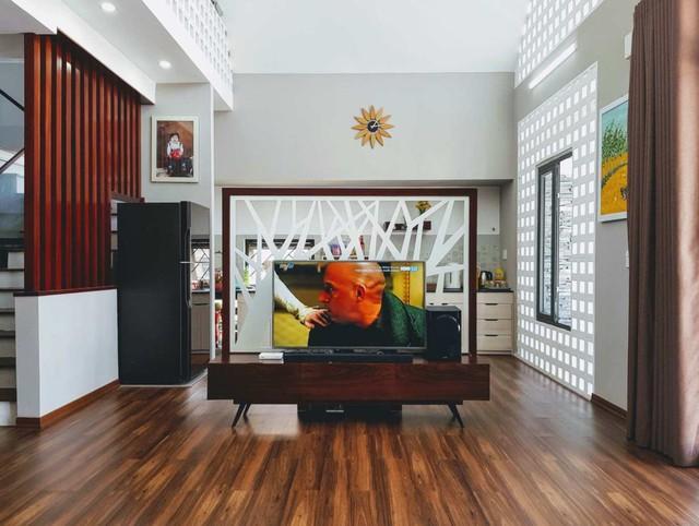 Chiếc kệ TV kiêm nhiệm vụ bình phong ngăn cách bếp và phòng khách.