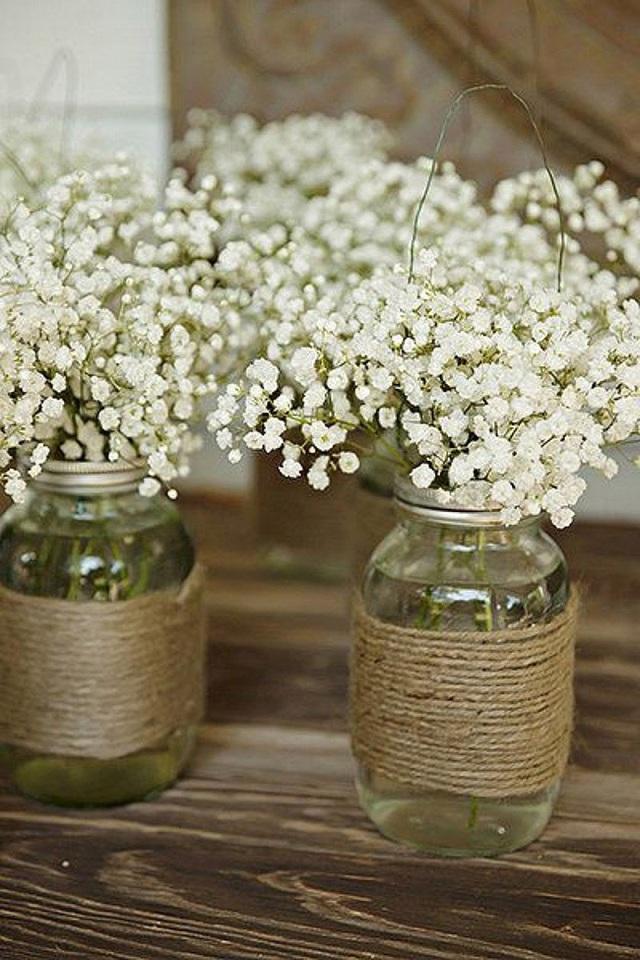 6. Những chiếc lọ thủy tinh được cuốn dây thừng nhỏ xung quanh thân chai dùng để cắm hoa baby sẽ mang phong cách rustic vào nhà bạn.