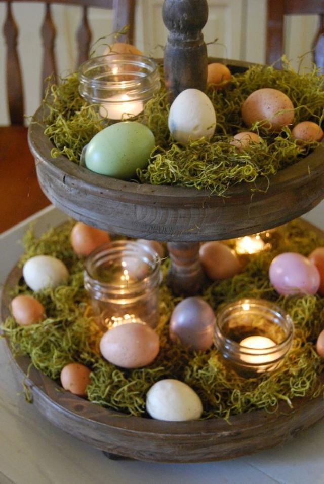 Thắp sáng nến bên cạnh vỏ trứng.