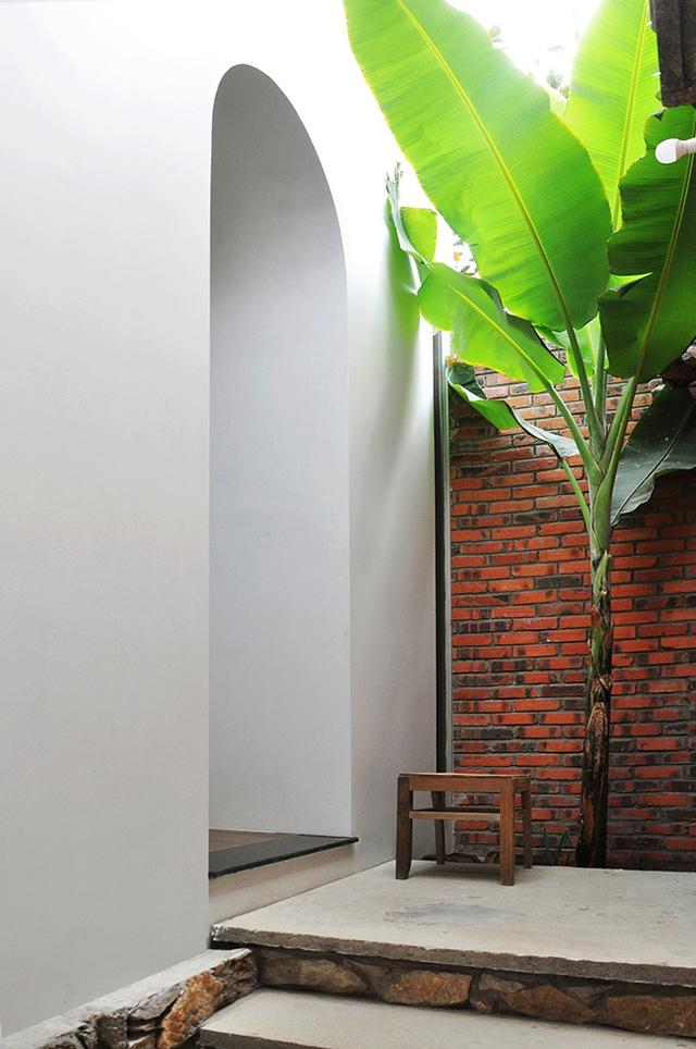 Ngôi nhà có kiến trúc hiện đại nhưng vẫn hòa quyện với không gian truyền thống của tổng thể.