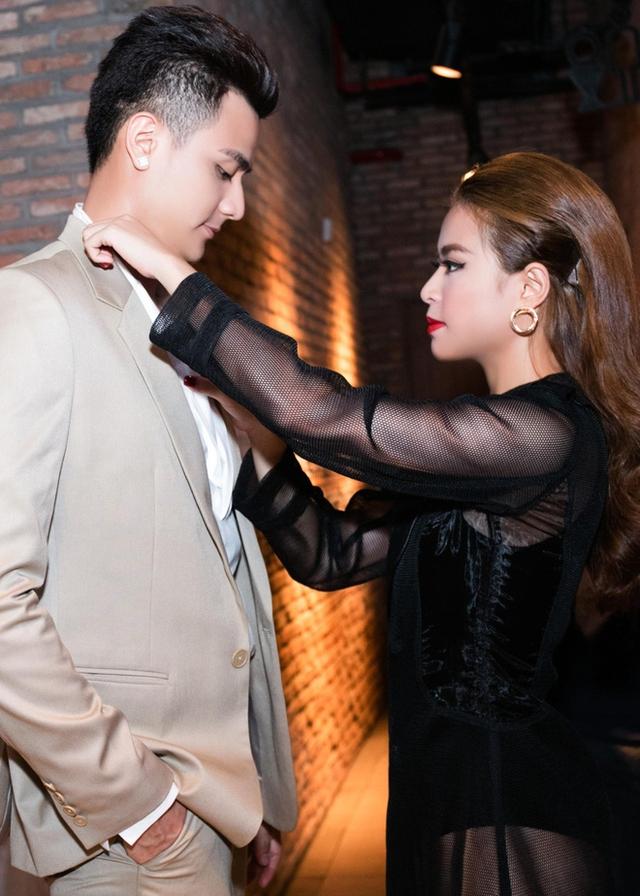 Không ít lần Hoàng Thuỳ Linh bị bắt gặp đang chăm sóc tỉ mỉ cho bạn trai - Vĩnh Thụy trong nhiều sự kiện.