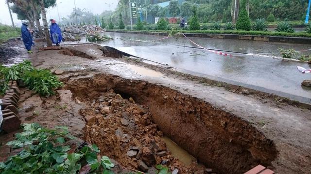 Nhiều hố tử thần xuất hiện ở thành phố Lai Châu trong khi mưa lũ.