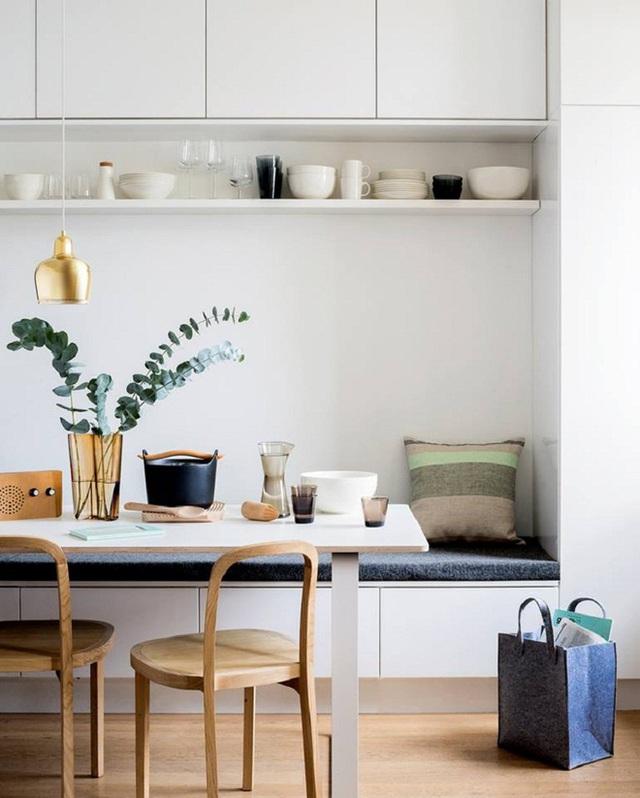 Bạn có thể tận dụng hai bên tường dãy ghế ngồi có tựa và có thể bổ sung thêm một vài chiếc ghế di động để hoàn thiện góc ăn uống bên trong bếp.