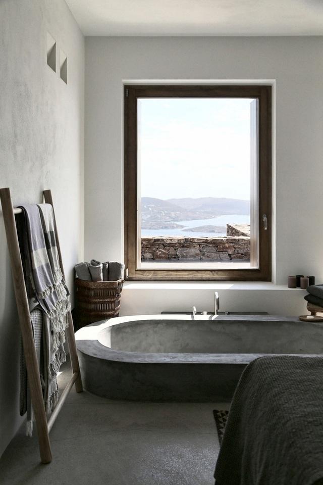 Thiết kế của ngôi nhà ở Syros, Hy Lạp này là tất cả những gì một ngôi nhà vào mùa hè cần có: đơn giản, lấy cảm hứng từ thiên nhiên và tập trung vào views xung quanh. Ngôi nhà được hoàn thành bởi Block722 vào năm 2014 với cửa sổ lớn mở ra khắp cảnh quan xung quanh, bồn tắm chìm hình bầu dục được thiết kế vô cùng đẹp mắt.