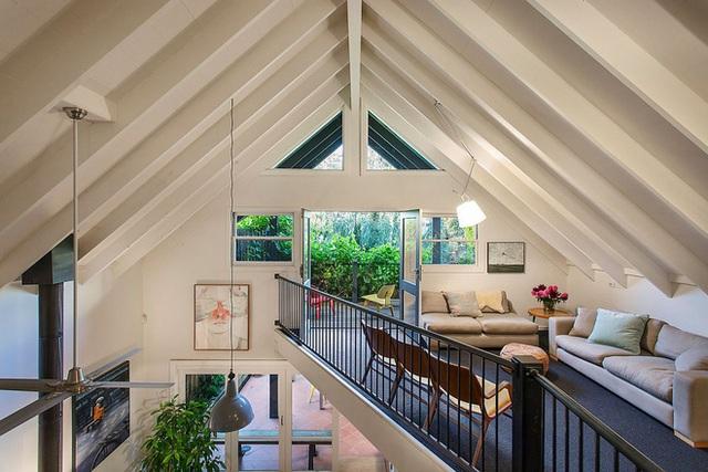 Khu vực ngồi trên cao và không gian gia đình kết nối với sân thượng bên ngoài.