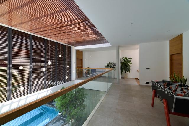 Trong nhà có đầy đủ tiện nghi giúp cho các thành viên có thể thoải mái tận hưởng giống như các resort như bể bơi, bàn chơi bi-lắc.