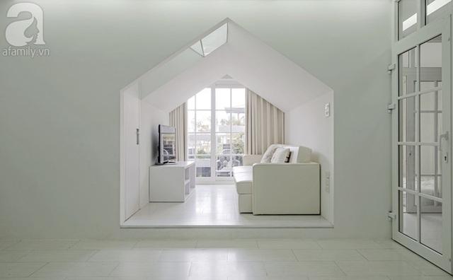 2 mặt đệm của sofa cũng có thể nhấc lên, tạo thành 1 hốc để đồ lớn. Đây là 1 kho chứa đồ ít dùng rất tiện lợi của căn hộ.