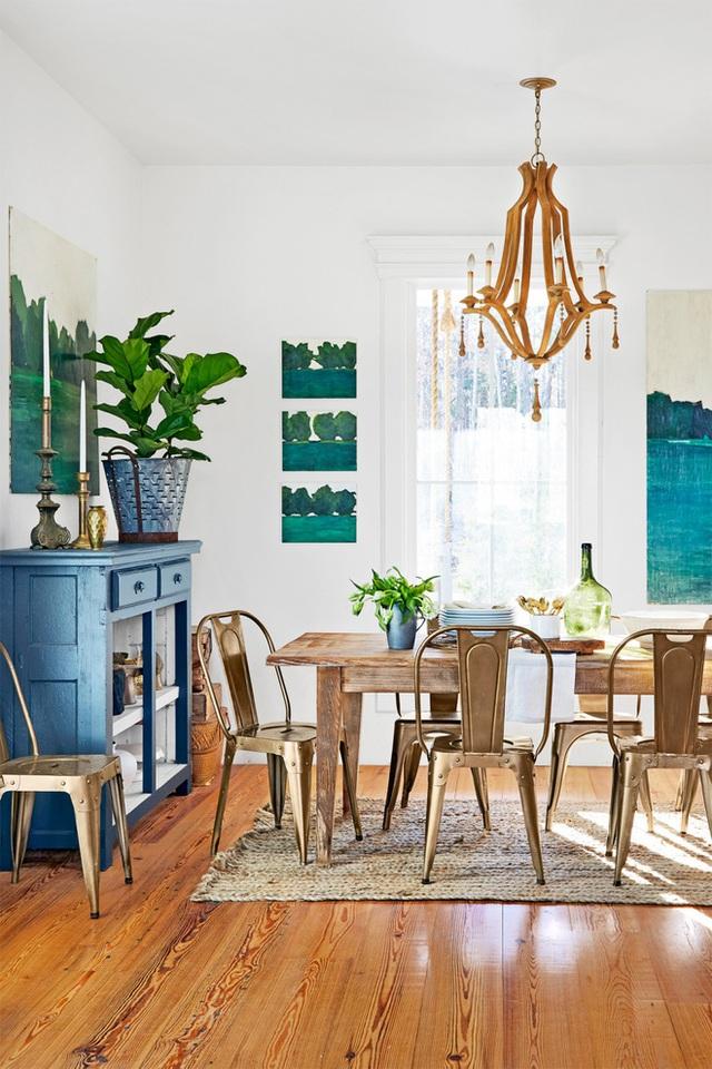 Không gian ăn uống hàng ngày được bố trí tách biệt với bếp. Sự giản dị, đời thường của chất liệu và màu sắc nội thất trong phòng ăn là yếu tố tuyệt vời mang đến không khí vui vẻ, bình yên. Bộ bàn ghế với chất liệu gỗ hài hòa với sàn gỗ, giúp những màu nhấn từ cửa, tủ mang đến vẻ đẹp phảng phất chất vintage.