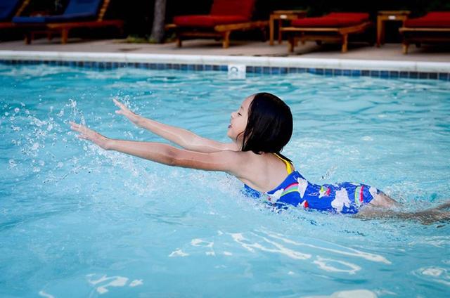 Những sinh hoạt đời thường của Boba như bơi lội cũng được mẹ lưu lại.