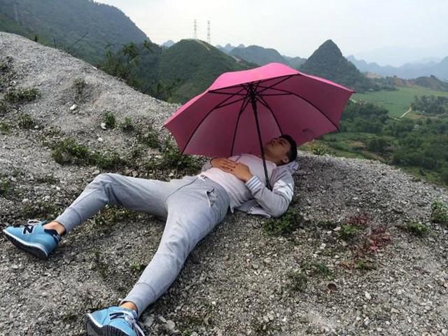 Con rơi Lê Thành (Hồng Đăng) quá mệt mỏi trên đường trốn chạy đã ngả lưng luôn trên vách núi dưới tán ô màu hồng.