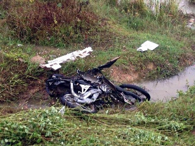 Chiếc xe máy bị hất văng xuống ruộng.