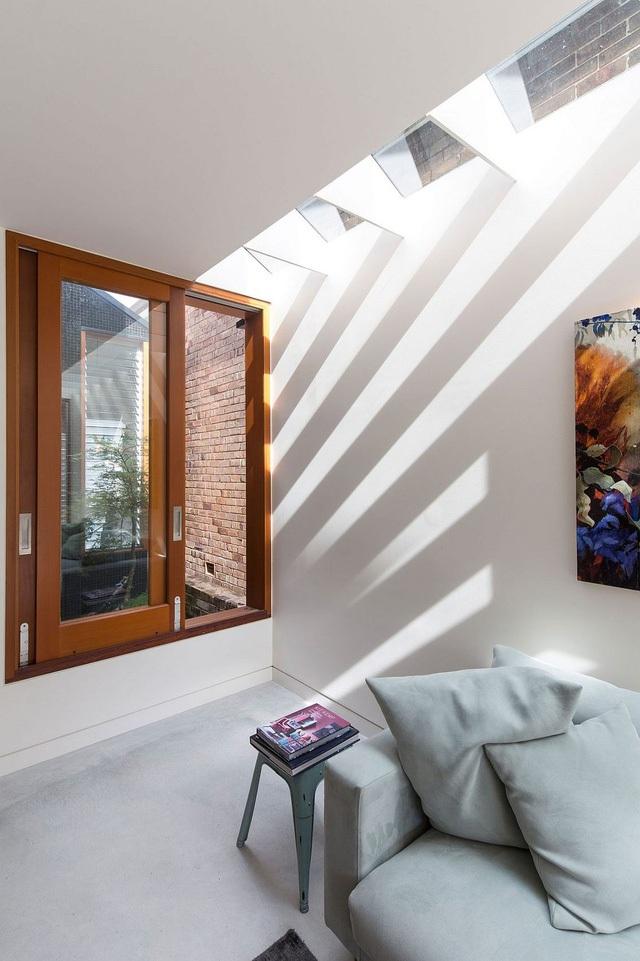 Những tia sáng luồn qua các khe gỗ mà chạy thẳng vào trong nhà.
