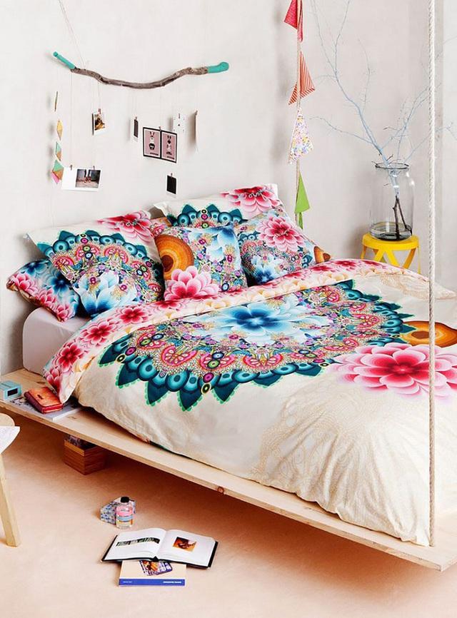 Sự rực rỡ đến từ những thiết kế hoa văn bông hoa đa chiều đã mang lại cảm giác trẻ trung và điệu đà hơn cho không gian phòng ngủ.