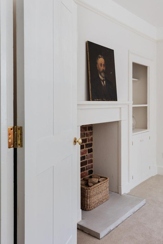 Nội thất đã được tân trang lại bằng màu sơn trắng tinh. Cùng với một số bức ảnh chân dung đặt làm điểm nhấn.