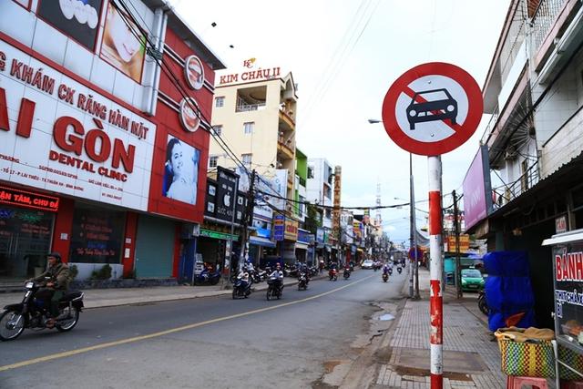 Biển cấm ô tô được cơ quan chức năng đặt ngay đầu đường Phan Đình Phùng và các giao lộ. Ảnh: Xuyến Chi