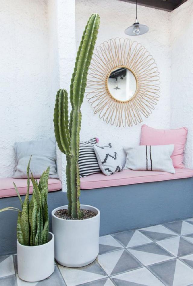 Màu hồng khi thiết kế ngoài trời sẽ càng nổi bật hơn nhờ vào bức tường trắng và màu xanh lam từ cây cối. Sarah cũng sử dụng những không gian nhỏ làm giường để tạo cảm giác căn phòng ngủ ngay tại ngoài trời rất sáng tạo. Ngoài ra, những chiếc nệm và gối thế này cũng mang lại cảm giác ấm cúng hơn.
