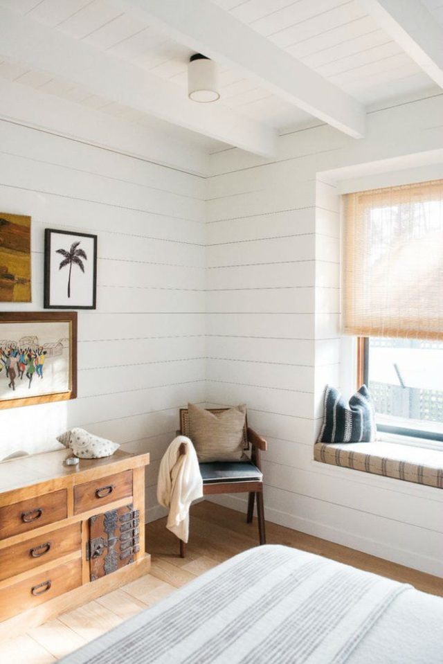 Giường, chăn ga hay tường, rèm đều được chọn lựa sắc trắng.