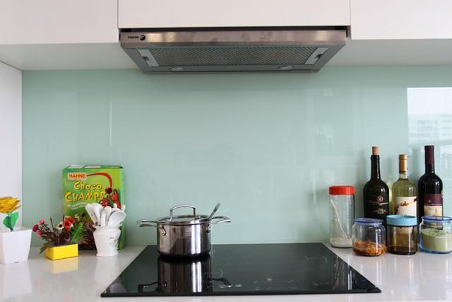 Khu bếp đơn giản và chưa có nhiều đồ dùng.