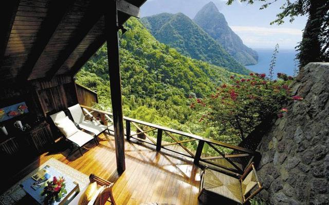 7. Ban công Ladera Resort (đảo quốc St. Lucia) dễ khiến du khách lịm đi vì tầm nhìn rộng lớn có thể ngắm cả núi và biển cùng lúc.