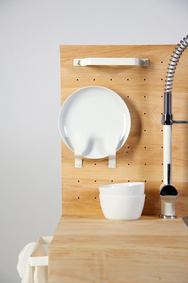 Bát chén hay đĩa được cất gọn gàng sau khi ráo nước.