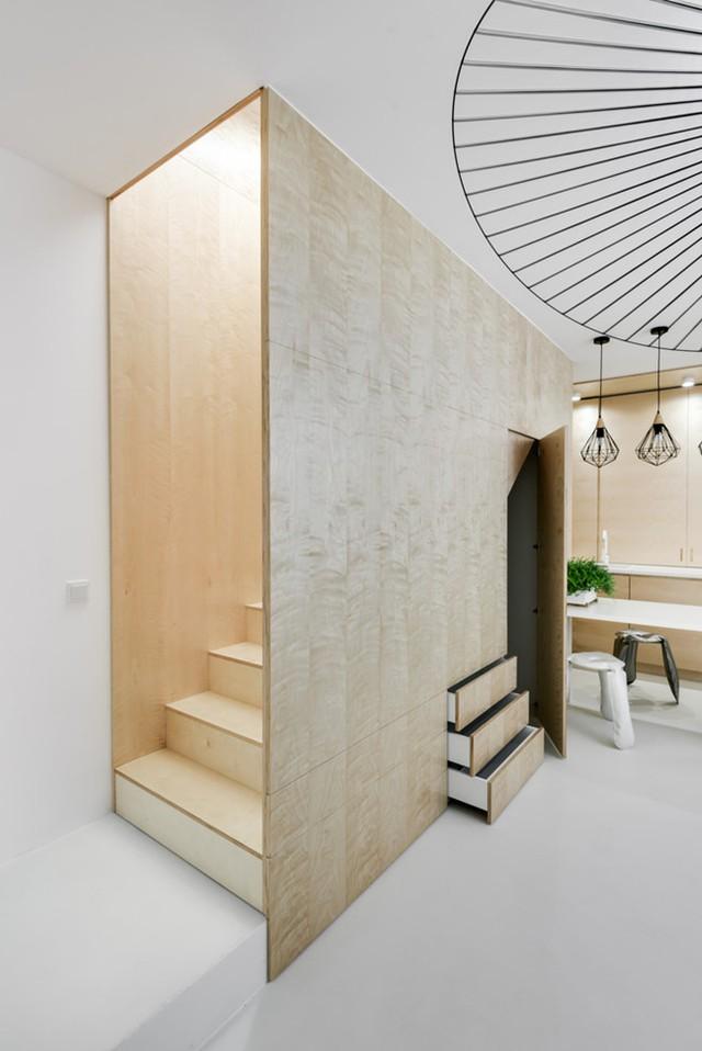 Bức tường gỗ thực chất là tủ đồ âm.