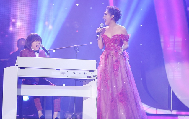 Cậu bé tự chơi piano khi song ca với giám khảo Văn Mai Hương trong tác phẩm mới của Tạ Quang ThắngThắng, Tôi và âm nhạc.