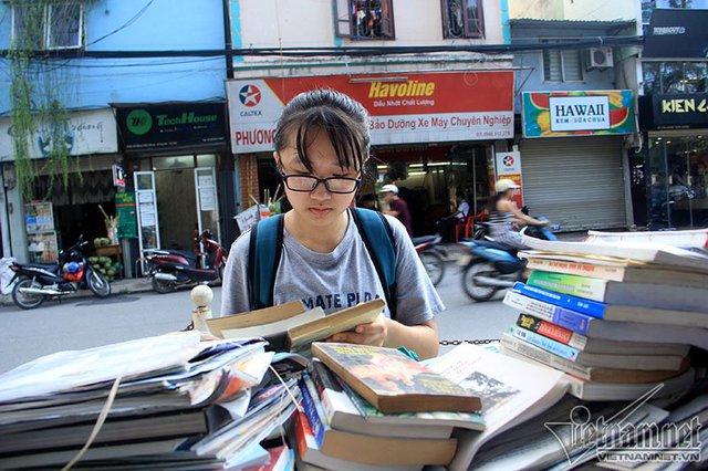 Em Nguyễn Thị Mai Trang (học sinh lớp 11, Xã Đàn) cho biết: Tới thư viện của bà, em tìm được 4 quyển khá hay. Dù không quen biết nhưng bà vẫn cho em mượn về nhà đọc