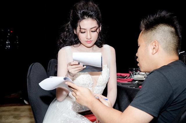 Trong chương trình, Tú Anh còn đảm nhận vai trò MC. Cô chăm chỉ ôn lại kịch bản ở cánh gà trước khi khai mạc sự kiện.