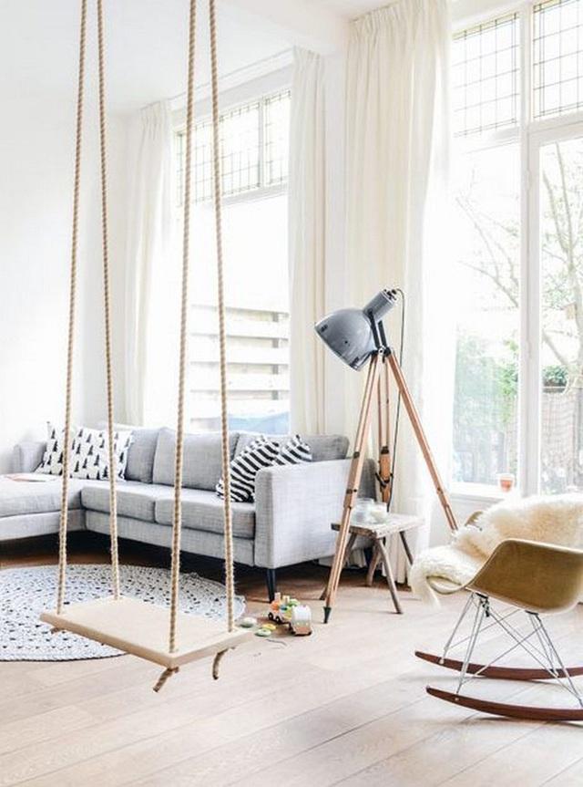 Một phòng khách ấm cúng và ánh sáng đầy đủ kèm theo một swing để thêm sự vui tươi và thư giãn cho con bạn.