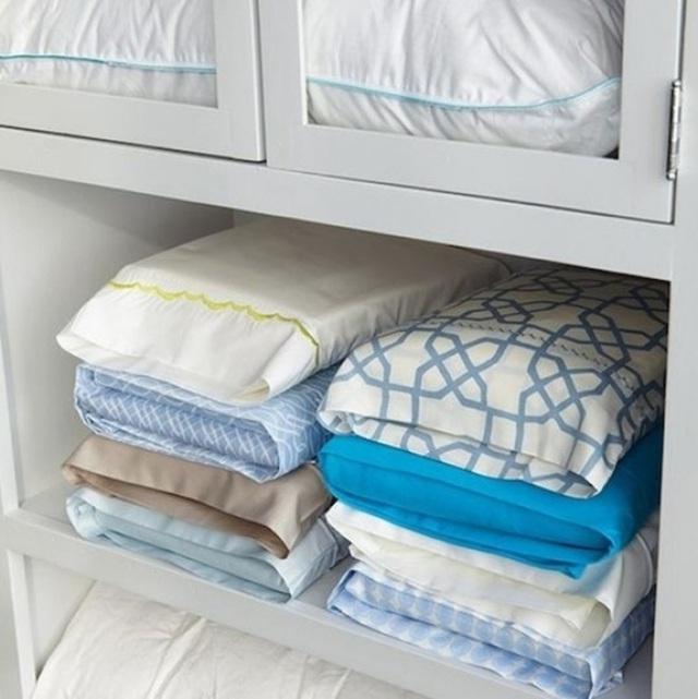 7. Vỏ chăn ga gối thường rất lộn xộn nếu không biết cách sắp xếp. Hãy lồng vỏ chăn và vỏ ga vào trong vỏ gối, tủ lưu trữ của nhà bạn sẽ gọn mắt hơn rất nhiều.