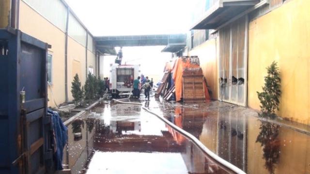 Đến sáng nay (3.9), lực lượng phòng cháy chữa cháy vẫn đang nỗ lực dập tắt những đám cháy nhỏ.