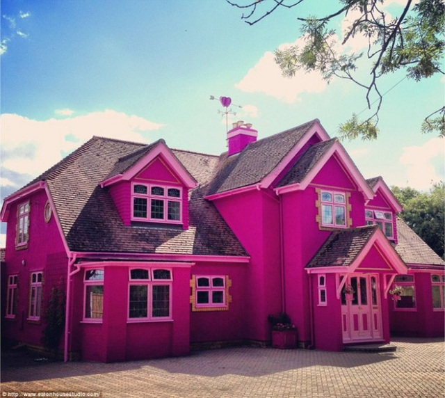 7. Một ngôi nhà màu hồng nhưng không hề chói chang. Chúng được giảm độ nóng và chói bằng việc cân bằng khung cửa sổ màu hồng nhạt và mái màu ghi xám.