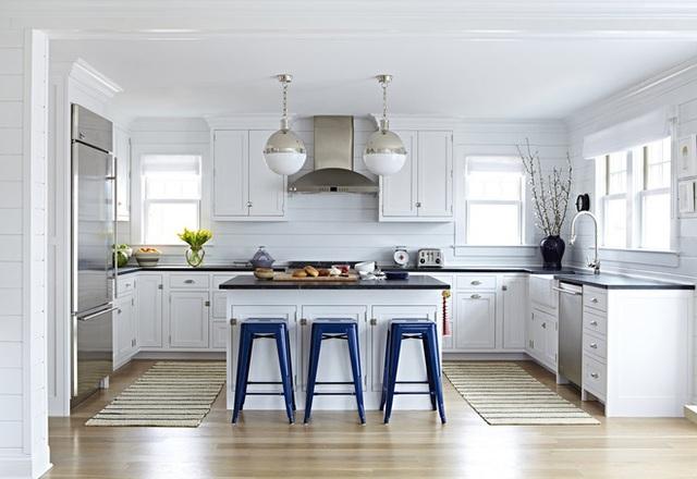 Cả không gian nhà bếp như bừng sáng lên nhờ việc kết hợp giữa thiết kế tường sọc trắng và ánh sáng tự nhiên.
