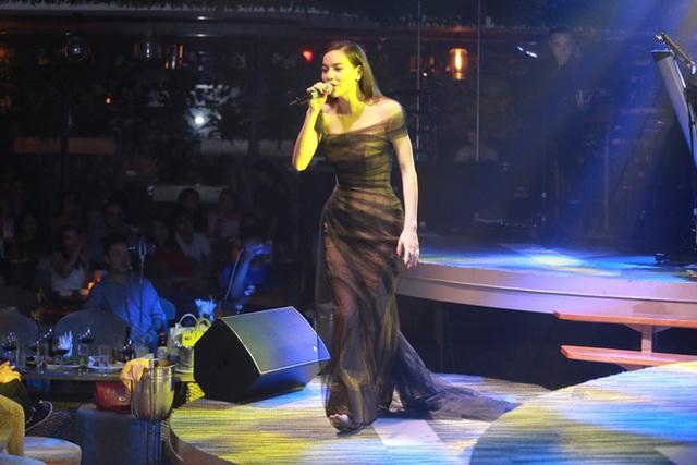 Hồ Ngọc Hà diện chiếc đầm voan sang trọng say mê hát những bản hit theo yêu cầu của khán giả phòng trà.