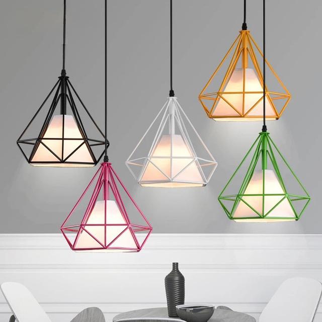 Những màu sắc tươi sáng của khung đèn mang đến không gian sống vẻ sinh động.