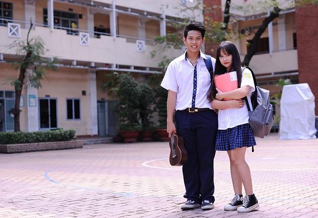 Nữ sinh này còn tiết lộ chiều cao thực tế của cô chỉ là 1,56m. Trang tự nhận rằng bản thân có dáng người mũm mĩm một chút, nhờ có mái tóc dài nên trông giống thân hình chữ S. Trong ảnh, Trang đứng cùng một người bạn học.