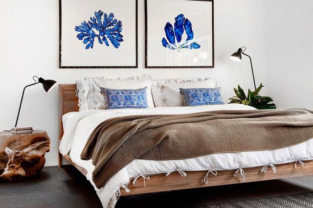 7. Những người mơ mộng, thích sự mềm mại hẳn sẽ rất thích một phòng ngủ thế này. Những chiếc kệ đầu giường ngẫu hứng, những bức tranh hút mắt, những chiếc gối viền đăng ten, tất cả đều mang đến một sự thoải mái, dễ chịu cho căn phòng.