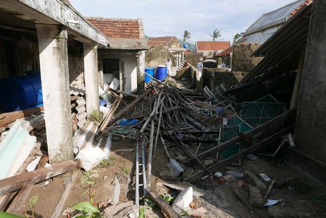 Ngoài chịu gió giật mạnh, những ngôi nhà ven biển còn bị sóng biển dâng cao tràn vào khiến tường bở, dẫn đến đổ sập.