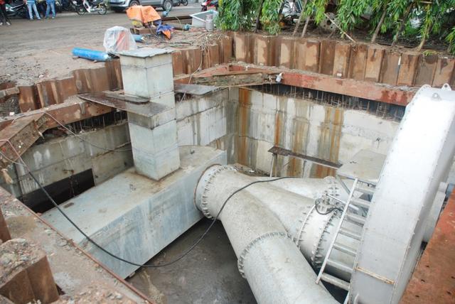 Nước được hút từ các miệng ống thép kết nối với miệng các cống nước trên đường Nguyễn Hữu Cảnh