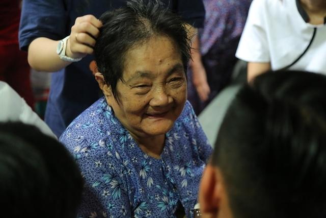 Nghệ sĩ Khánh Nam có gương mặt tròn, phúc hậu giống mẹ