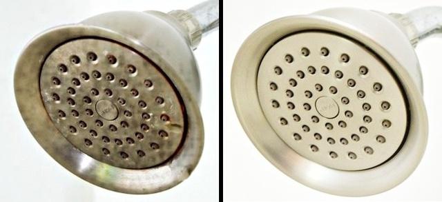 Bạn có thể rửa vòi hoa sen bằng hỗn hợp nước và giấm theo tỉ lệ 1:1. Đặt vòi hoa sen vào một chiếc chảo chứa hỗn hợp trên và đun sôi trong 5-7 phút. Sau đó để chất lỏng nguội đi và bạn đạn được kết quả mong muốn. Còn đối với vòi nước, bạn có thể dùng miếng bọt biển nhúng giấm tinh khiết để cọ rửa.