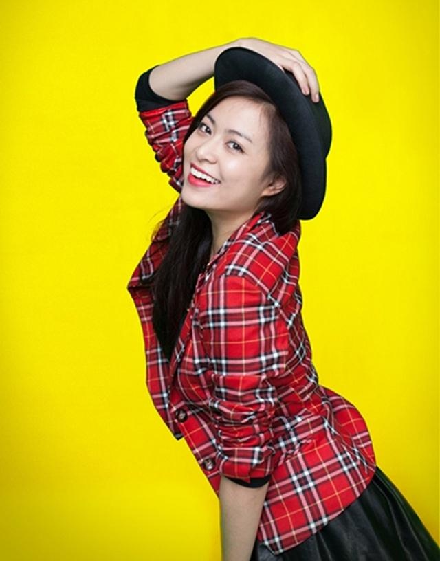 Năm 2013, Hoàng Thùy Linh tiếp tục khởi sắc trong sự nghiệp. Sau 6 năm vắng bóng trên truyền hình, cái tên Hoàng Thùy Linh đã được lên sóng cùng MV Rơi. Người đẹp cũng chuyển biến về gu thời trang nhưng chung thành với kiểu tóc dài.