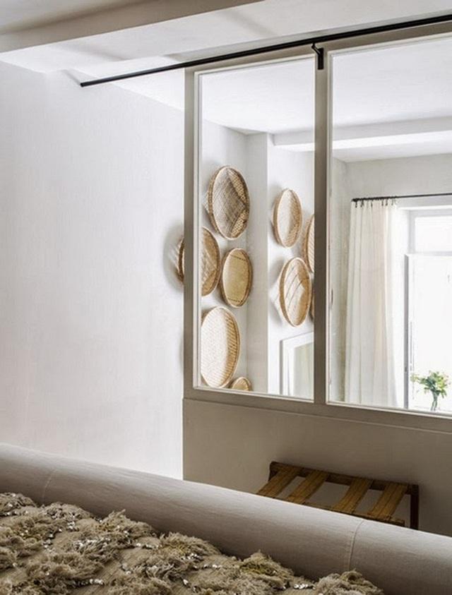 Tuy nhỏ mà có võ, những chiếc gương nhỏ sẽ giúp ánh sáng được tán đều cả căn phòng.