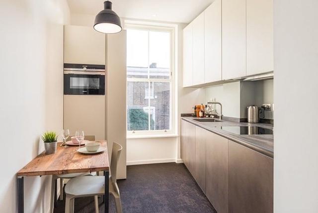 Nhà bếp tuy được thiết kế đơn giản, với chỉ bàn nhỏ ăn uống và các vật dụng cần thiết nhưng trông vẫn rất đủ đầy và hiện đại.