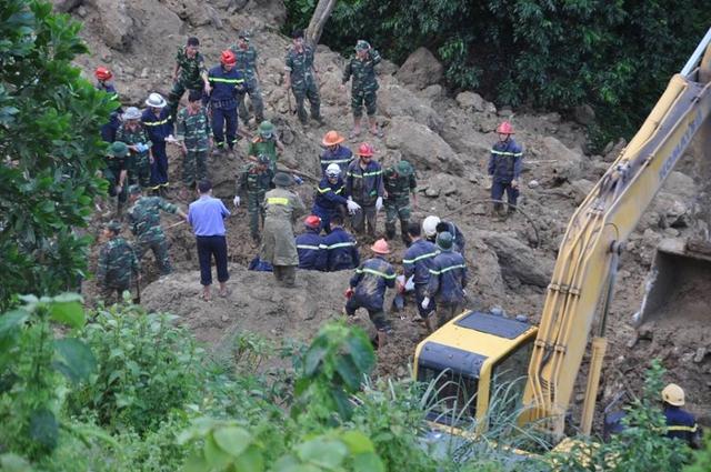 Hàng trăm cán bộ túc trực từ 2h sáng thực hiện công tác cứu hộ.