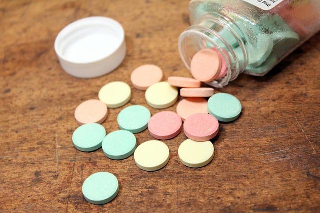 Nhai một viên thuốc Pepto-Bismol, Tums, hoặc Rolaids hoặc để nó trên vết loét cho tan ra. Cảm giác đau do vết loét gây ra bởi axit và các ezim tiêu hóa đi vào trong vết loét, các viên thuốc này sẽ trung hòa axit để chữa đau. Kiểm tra nhãn mác để tìm hiểu hướng dẫn sử dụng.