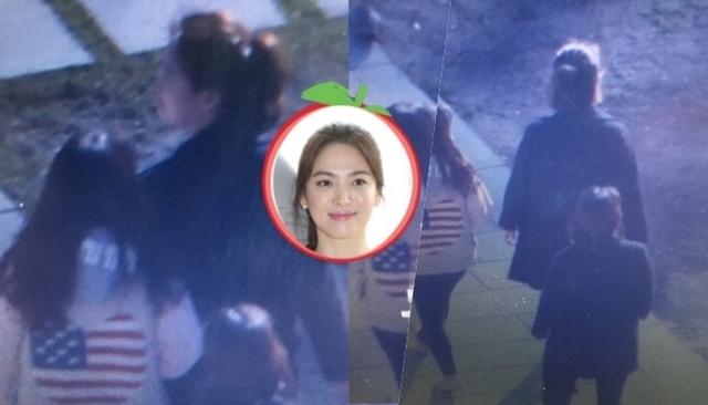 Tờ Sina cho biết rạng sáng nay Song Hye Kyo đã xuất hiện tại khách sạn. Cô mặc đơn giản, đi cùng khoảng 10 người. Nữ diễn viên Hậu duệ mặt trời và ê-kíp di chuyển vội vàng vào phía trong khách sạn.
